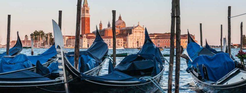 Färdas längs Canal Grande med båt eller gondol.