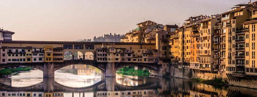 Florens flod Arno med bron Ponte Vecchio