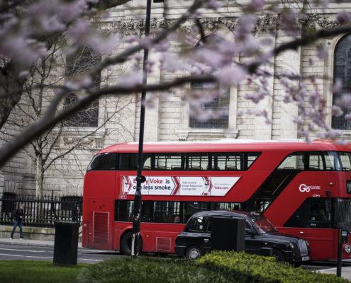 London taxi och buss vid St Paulskatedralen