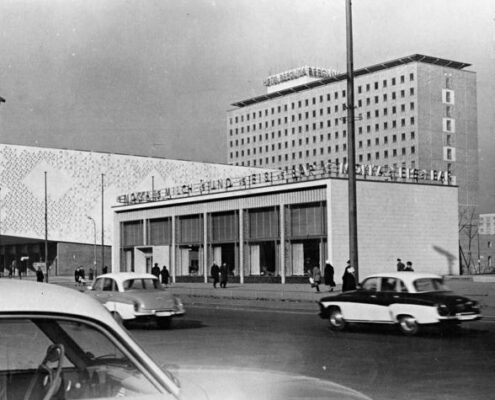 Berlin, Karl-Marx-Allee, Kino International, Eisbar Foto: Ulrich Kohls/German Federal Archive.