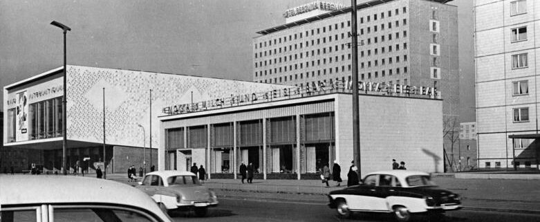 Berlin, Karl-Marx-Allee, Kino International, Eisbar Foto: Ulrich Kohls/German Federal Archive.