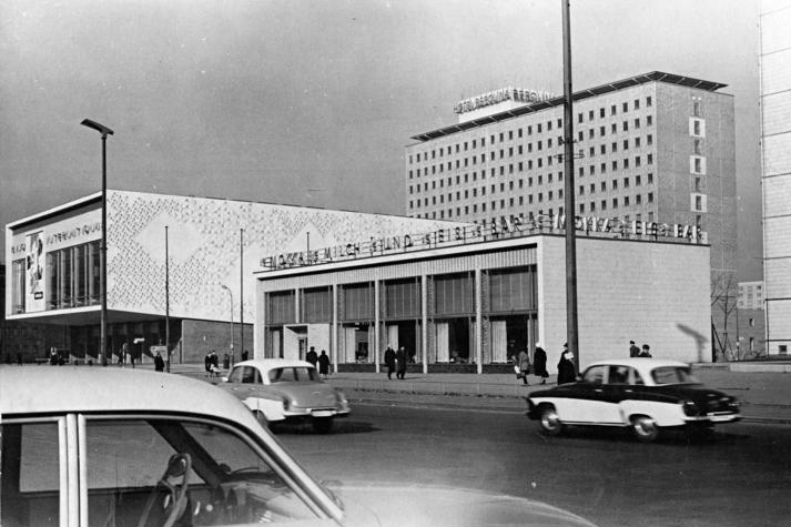 Foto: Foto: Ulrich Kohls/German Federal Archive. Berlin, Karl-Marx-Allee, Kino International, Eisbar